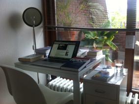 Sein Schreibtisch hat es mir angetan: So ein kleines Möbel mit so vielen Büchern. Wenn das mal gut geht!